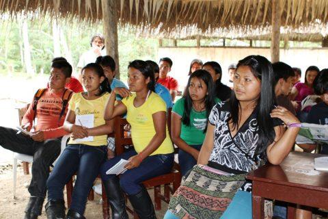 La juventud, estudiantes y maestros del pueblo originario Kichwa de Sarayaku, en ejercicio de su libre determinación se auto convocaron para informarse sobre la 11va ronda petrolera y la consulta libre previa e informada.