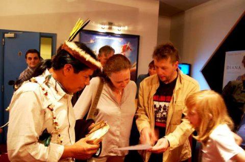 El señor José Gualinga, Tayak Apu del Pueblo Originario Kichwa de Sarayaku, continua su gira en Europa.